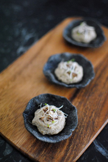 black cracker shells with zaa'tar hummus - conchiglie di crackers nere con hummus allo zaa'tar 2