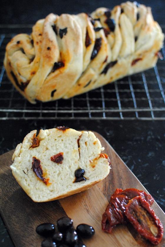 Brioche vegana con olive e pomodori secchi 2