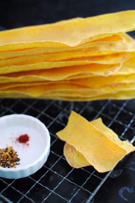 Crackers allo zafferano e peperoncino 1