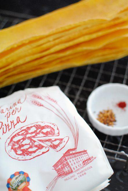 Crackers allo zafferano e peperoncino 2